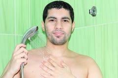 Szczęśliwy arabski egipski mężczyzna bierze prysznic zdjęcie stock
