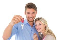 Szczęśliwy atrakcyjny potomstwo pary mienia nowego domu klucz Obrazy Stock