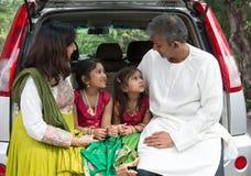 Szczęśliwy Azjatycki Indiański rodzinny obsiadanie w samochodowy opowiadać obrazy stock