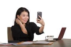 Szczęśliwy Azjatycki Koreański bizneswoman bierze selfie fotografię z telefonem komórkowym przy korporacyjny firmy biurowego biur obrazy stock