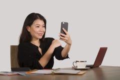 Szczęśliwy Azjatycki Koreański bizneswoman bierze selfie fotografię z telefonem komórkowym przy korporacyjny firmy biurowego biur zdjęcia stock