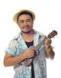 Szczęśliwy Azjatycki mężczyzna bawić się ukulele odizolowywa tło Obrazy Royalty Free
