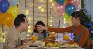 Szczęśliwy Azjatycki rodzinny cieszy się boże narodzenie gość restauracji wpólnie zbiory