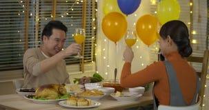 Szczęśliwy Azjatycki rodzinny cieszy się boże narodzenie gość restauracji wpólnie w domu zbiory