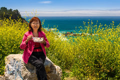 Szczęśliwy Azjatycki senior na wakacje cieszy się posiłek z pięknym scen Fotografia Stock