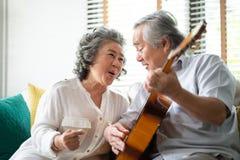 Szczęśliwy Azjatycki starszy pary cieszyć się obrazy stock