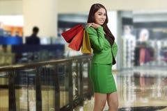 Szczęśliwy azjatykci biznesowej kobiety mienia torba na zakupy Obrazy Stock