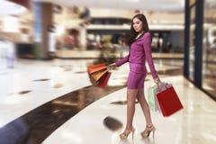 Szczęśliwy azjatykci biznesowej kobiety odprowadzenie podczas gdy niosący torba na zakupy Obraz Royalty Free