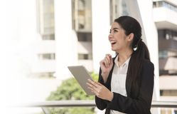 Szczęśliwy azjatykci bizneswoman używa pastylka komputer Obrazy Stock