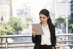 Szczęśliwy azjatykci bizneswoman używa pastylka komputer Obraz Royalty Free