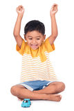 Szczęśliwy azjatykci chłopiec uśmiech, przedstawienie i wręczamy sukces obrazy royalty free