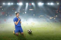 Szczęśliwy azjatykci gracz piłki nożnej po zdobywać punkty cel obrazy stock