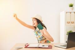 Szczęśliwy azjatykci iść uciekać pracę Fotografia Royalty Free