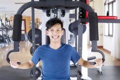 Szczęśliwy azjatykci mężczyzna ćwiczy w gym obraz royalty free
