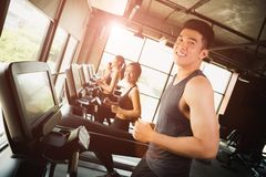 Szczęśliwy azjatykci młody człowiek z grupą młodzi ludzie biegać zdjęcia royalty free