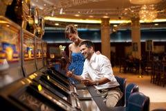 Szczęśliwy bawić się automat do gier obraz stock