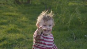 Szczęśliwy berbeć dziewczyny odprowadzenie na trawie w kierunku jej matki i brać rocznika serce w wiosna parku zbiory wideo