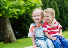 Szczęśliwy berbeć siostry i brata przytulenie Obrazy Stock