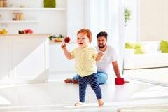 Szczęśliwy berbecia dziecko bawić się z ojcem w domu przy pogodnym letnim dniem Zdjęcie Stock