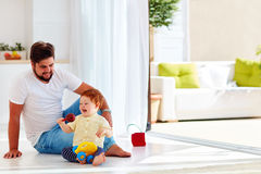 Szczęśliwy berbecia dziecko bawić się z ojcem w domu przy pogodnym letnim dniem Obrazy Stock