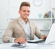 Szczęśliwy biurowy męski pracownik przy miejscem pracy Obraz Royalty Free