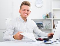 Szczęśliwy biurowy męski pracownik przy miejscem pracy Zdjęcia Royalty Free