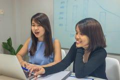 Szczęśliwy biurowy pracownik dyskutuje o dobre wieści na laptopie obraz royalty free