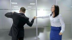 Szczęśliwy biznes drużyny odświętności zwycięstwo w biurze zbiory