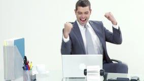 Szczęśliwy biznesmen świętuje sukces w biznesie w biurze zbiory