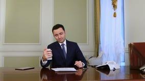 Szczęśliwy biznesmen bierze selfie fotografię z telefonem komórkowym w biurze zdjęcie wideo