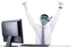 Szczęśliwy biznesmen jest ubranym snorkeling wyposażenie Obrazy Stock