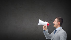 Szczęśliwy biznesmen mówi megafon w kostiumu Obraz Stock