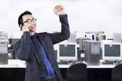 Szczęśliwy biznesmen opowiada na telefonie komórkowym Zdjęcia Stock