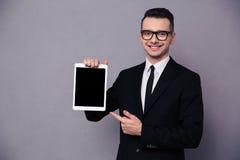 Szczęśliwy biznesmen pokazuje pustego pastylka ekran komputerowego zdjęcia royalty free