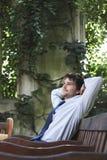 Szczęśliwy biznesmen Relaksuje Na Parkowej ławce obrazy stock
