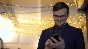 Szczęśliwy biznesmen używa telefon na tle światła zbiory