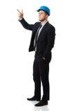 Szczęśliwy biznesmen w hełmie wskazuje jego palec up obraz royalty free
