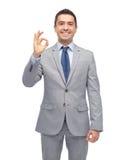 Szczęśliwy biznesmen w kostiumu pokazuje ok ręka znaka Obraz Stock