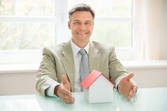 Szczęśliwy biznesmen z domu modelem Obrazy Royalty Free