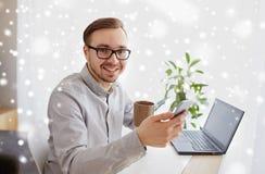 Szczęśliwy biznesmen z smarphone i kawą Fotografia Royalty Free