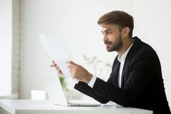 Szczęśliwy biznesmena mienie tapetuje czytelnicze pieniężne statystyki zdjęcia stock