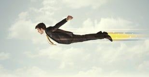 Szczęśliwy biznesowego mężczyzna latania post na niebie między chmurami obrazy royalty free
