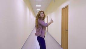 Szczęśliwy biznesowej kobiety doskakiwanie i odświętność zbiory wideo