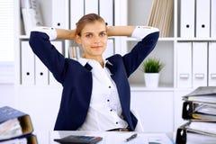 Szczęśliwy biznesowej kobiety, kobiety księgowy ma niektóre minuty dla z przy pracującym miejscem lub Zdjęcia Royalty Free