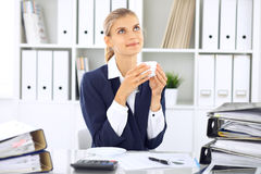 Szczęśliwy biznesowej kobiety, kobiety księgowy ma przy pracującym miejscem lub Zdjęcie Stock
