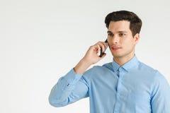 Szczęśliwy biznesowy mężczyzna opowiada na telefonie zdjęcie stock