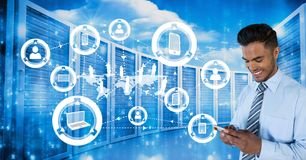 Szczęśliwy biznesowy mężczyzna trzyma telefon i grafika w serweru pokoju obraz stock