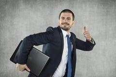 Szczęśliwy biznesowy mężczyzna z nastroszonym kciukiem, zdjęcie royalty free