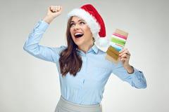 Szczęśliwy bizneswoman jest ubranym Santa mienia kapeluszowych bilety, kredytowy ca Fotografia Royalty Free