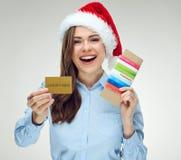 Szczęśliwy bizneswoman jest ubranym Santa mienia kapeluszowych bilety, kredytowy ca Zdjęcia Royalty Free